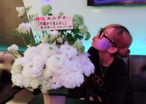 お祝いの花を持った多田さんの横顔