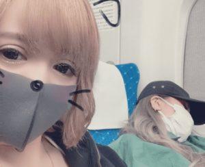 寝てるフェフ姉さんの横に座ったマスク姿の多田さん